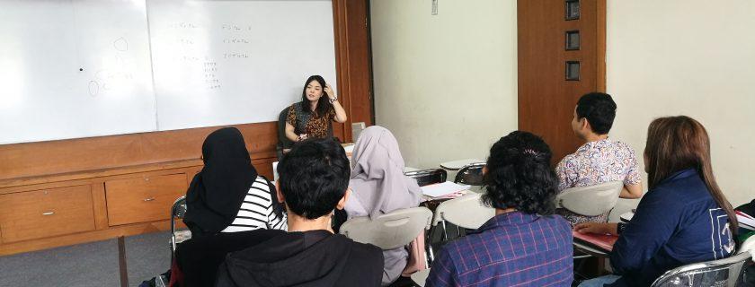 Kaiwakai bersama native speaker Ms. Yukari Okada untuk mahasiswa kelas karyawan.